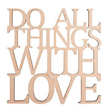 Holzschrift 'Do all things with love', natur